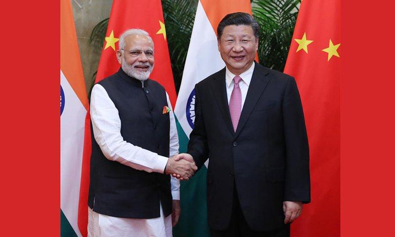 Narendra Modi-a la izquierda-y Xi Jinping