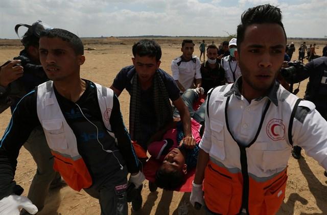 Unos enfermeros se llevan a un herido por los disparos israelíes