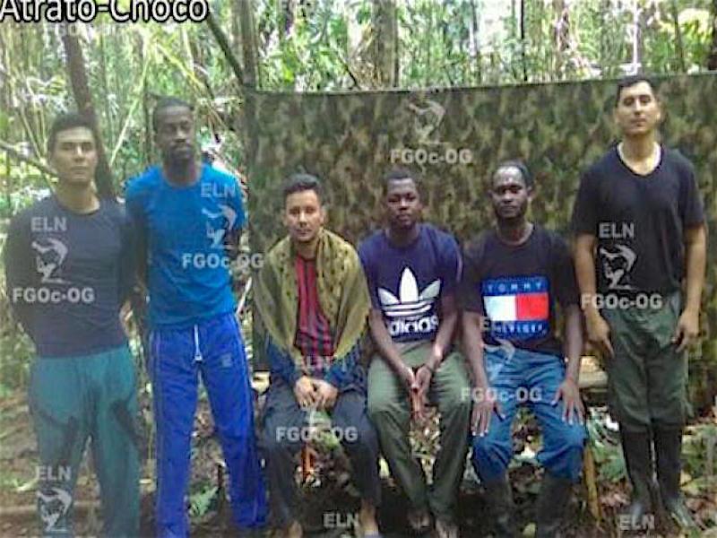 Una foto enviada por el ELN de los secuestrados