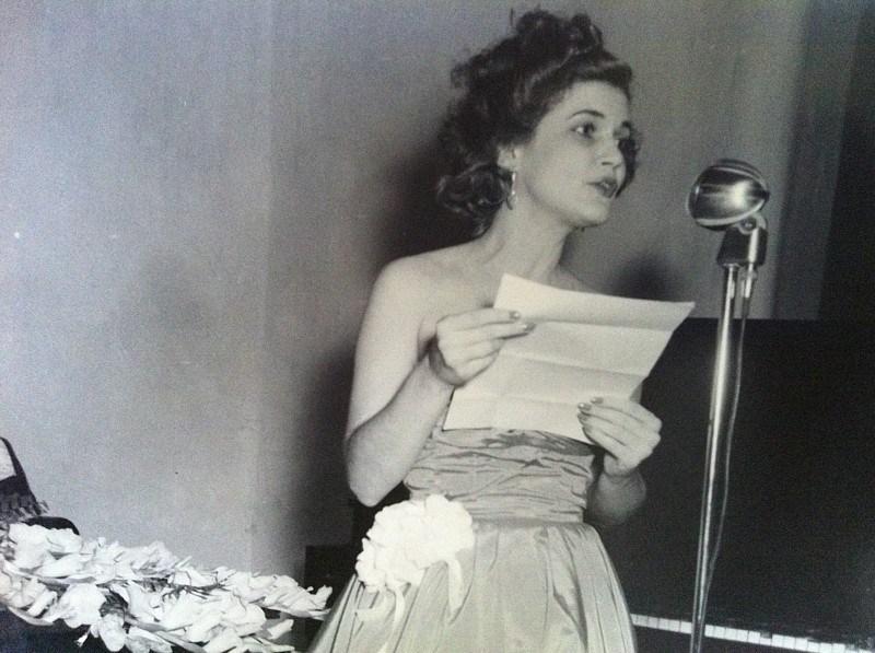 Carilda Oliver leyendo poemas en 1945.