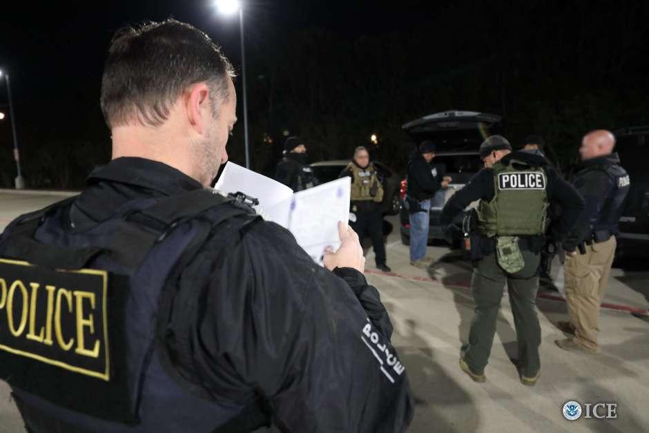 Policías detienen a inmigrantes ilegales.