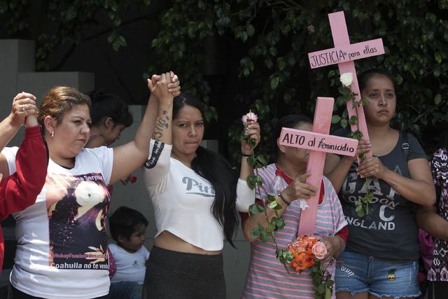 Mujeres protestando contra los feminicidios (asesinatos de mujeres).