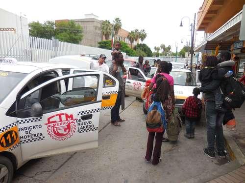 Algunas familias de migrantes africanos que arribaron a Nuevo Laredo, Tamaulipas, con la finalidad de cruzar a Estados Unidos, optaron por trasladarse, algunas en taxi, a los municipios coahuilenses de Piedras Negras y Ciudad Acuña.