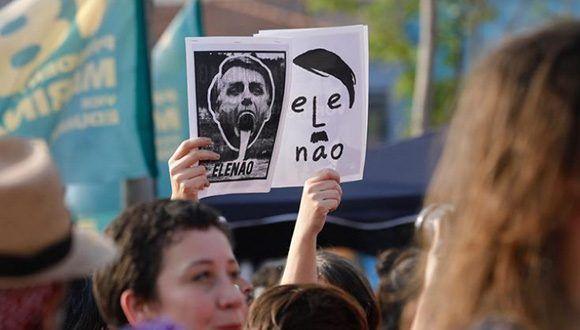 Manifestantes con carteles contra Bolsonaro