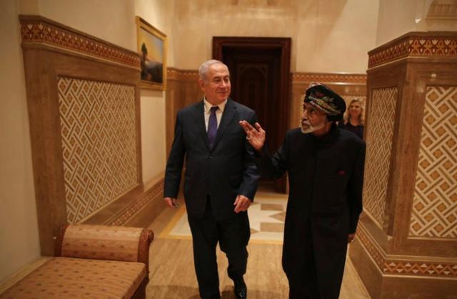 Netanyahu-a la izquierda-y el Sultán de Omán.