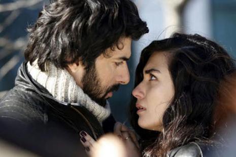 """Polémica en Turquía por un beso """"indecente"""" en una telenovela"""