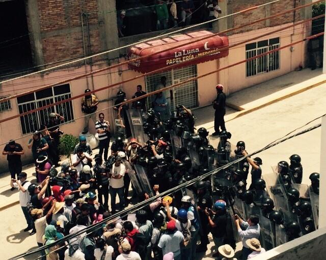 Manifestantes y policías en Tlapa