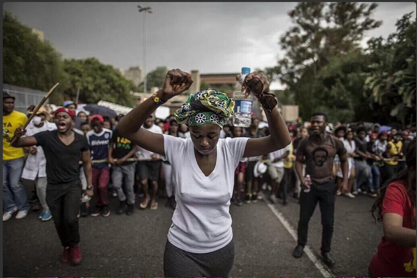 Estudiantes sudafricanos manifestándose contra la subida de las tasas