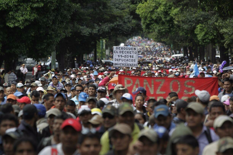 Manifestantes contra la reducción de salarios de los maestros