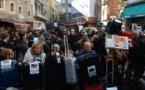 Los venecianos manifiestan, con maleta en mano, contra la invasión turística que los ahuyenta