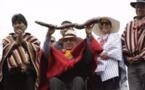 Indígenas entregan simbólico bastón de mando al nuevo presidente de Ecuador