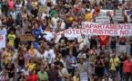 Miles se manifiestan en Barcelona contra la proliferación de pisos turísticos