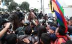 Policías y maestros en huelga se enfrentan en Lima