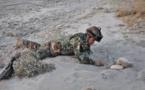 Un soldado afgano desactiva una mina