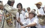 Indígenas obsequian a Santos bastón de mando por aporte a la paz