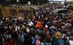 Caravana migrante rompe cerco y cruza frontera con México